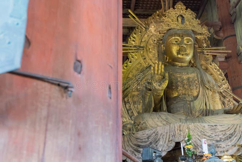 La grandes Daibutsu-guarida de Buda y estatua de Kokuzo Bosatsu adentro fotografía de archivo libre de regalías