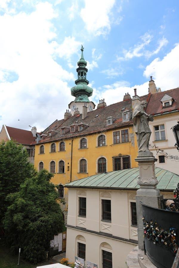 La grandine di Bratislava è costruita sui pendii dei Carpathians, la vista eccellente della valle del Danubio si apre di qui fotografia stock