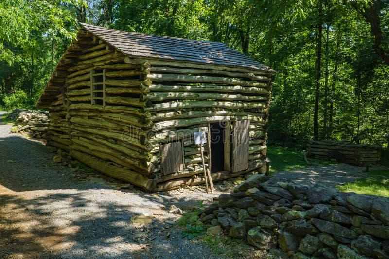 La grange de rondin sur l'objet exposé aux roches de bosse cultivent le musée photo libre de droits