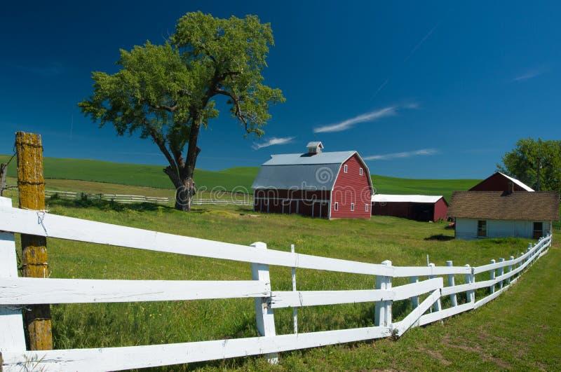 La grange rouge et la clôture blanche dans Palouse WA image stock