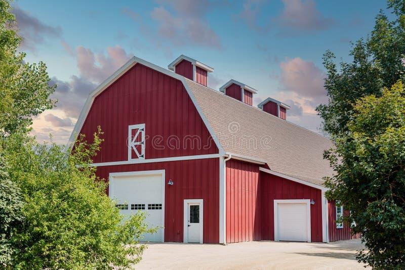 La grange rouge traditionnelle sous le ciel étoilé images libres de droits