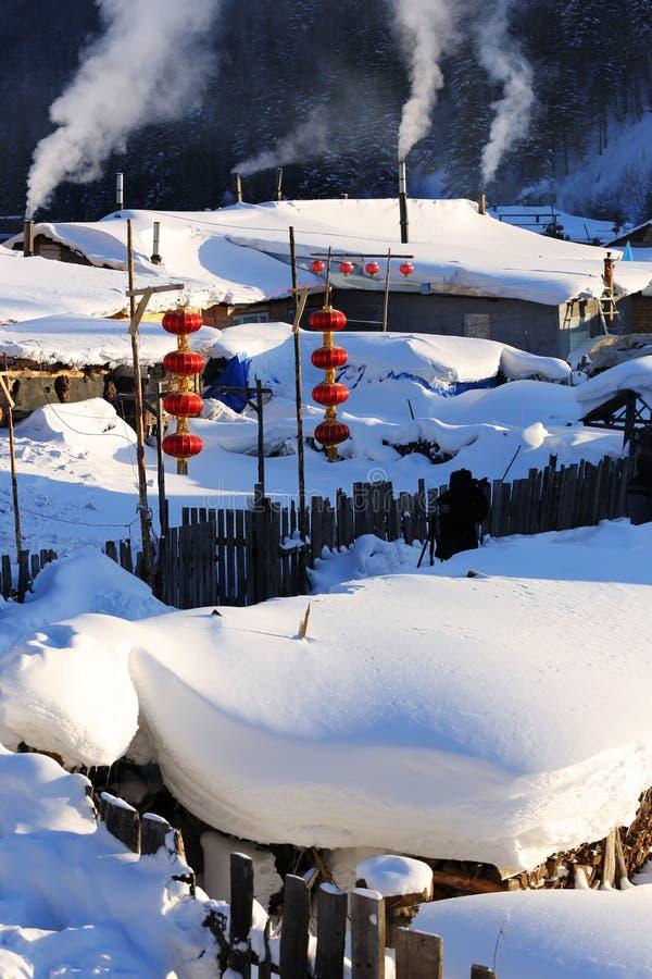 La granja bimodal del bosque en la provincia de Heilongjiang - pueblo de la nieve imágenes de archivo libres de regalías