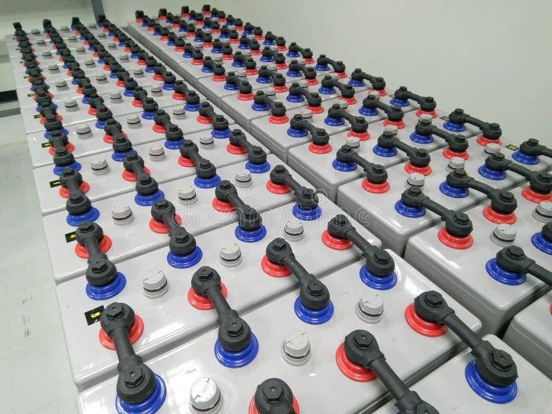La granja del banco de la batería 2000 amperios 2 voltios para sube energía de reserva del poder con la protección fotos de archivo
