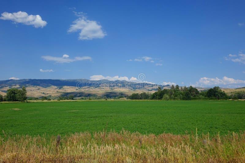 La granja y las montañas acercan al consejo, Idaho imágenes de archivo libres de regalías