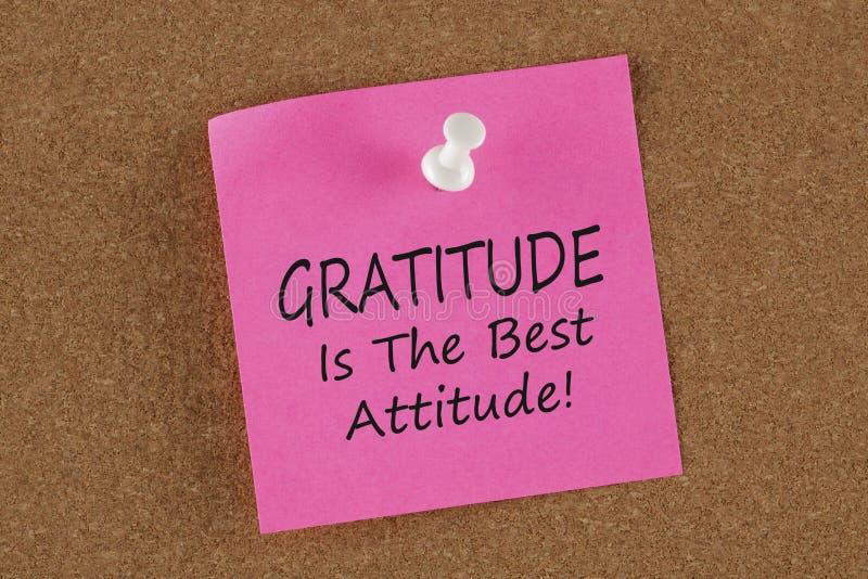La gratitud es la mejor actitud escrita encendido recuerda concepto de la nota foto de archivo