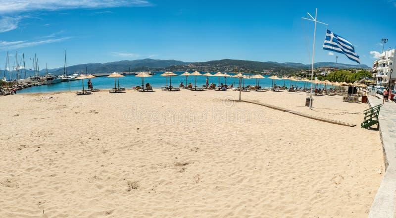 La Grecia, Creta, spiaggia di Agios Nikolaos con la bandiera della Grecia dal lato immagine stock