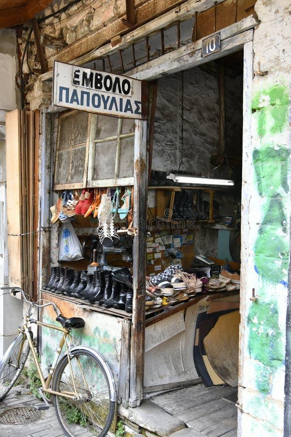 La Grecia, Giannina, riparazione della scarpa fotografie stock
