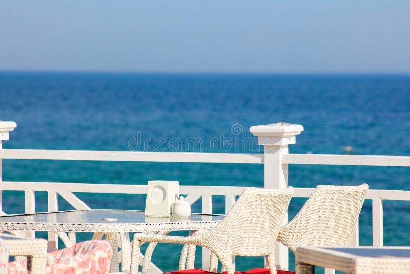 La Grecia, Santorini Ristorante con la tavola servita in lungonmare del mar Egeo sull'isola di Santorini Cicladi con strabiliante immagini stock