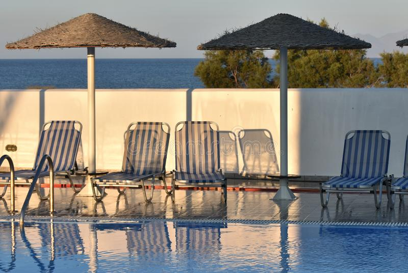 La Grecia, Santorini Uno stagno dello swimmig al crepuscolo Luce ed ombra fotografia stock