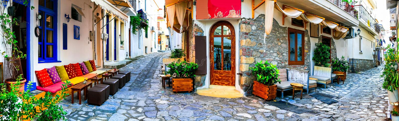 La Grecia variopinta tradizionale - vecchie vie incantanti di Skiathos immagini stock