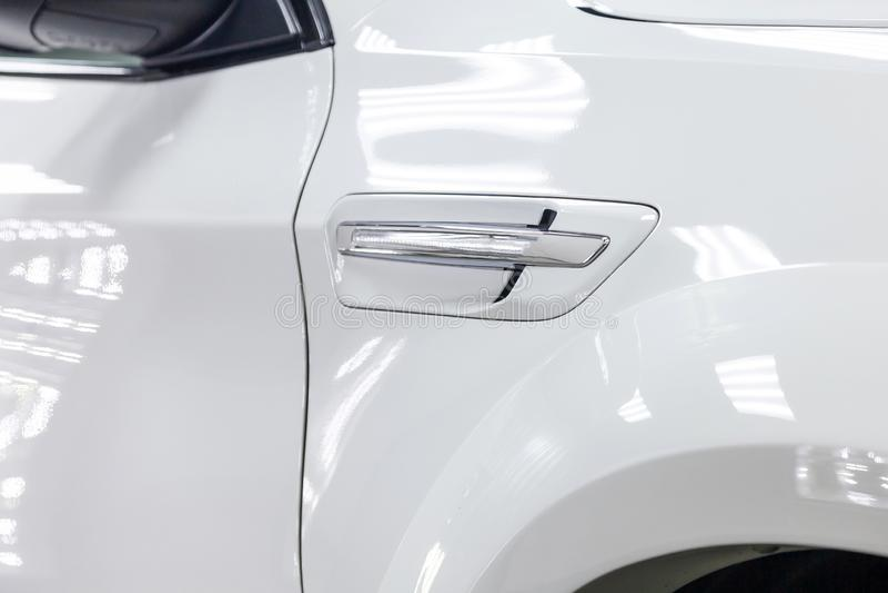 La griglia di ventilazione del cuscino ammortizzatore dell'ala della facciata frontale con la luce di giro di nuova automobile bi immagine stock libera da diritti