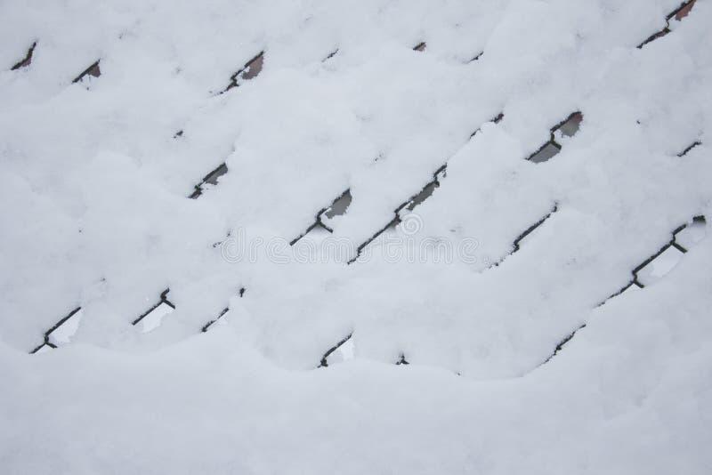La grille dans la neige, la barrière de la grille a été couverte de neige photos stock