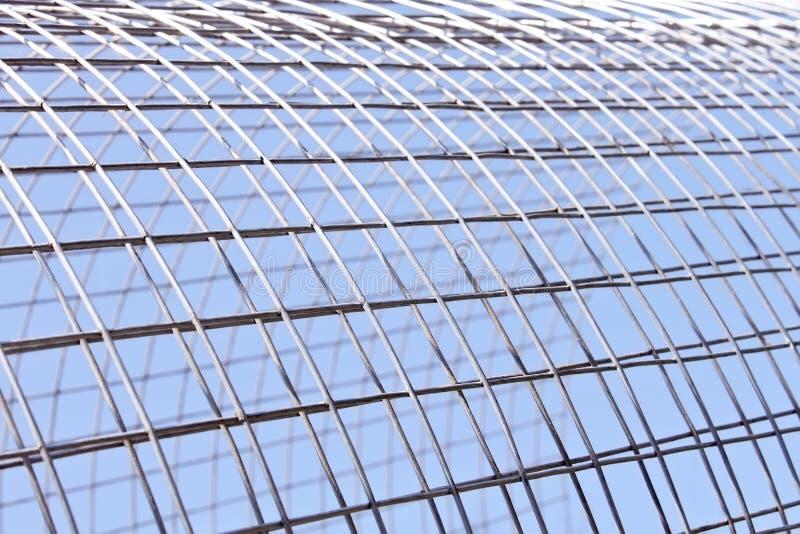 La grille en métal brille au soleil images libres de droits