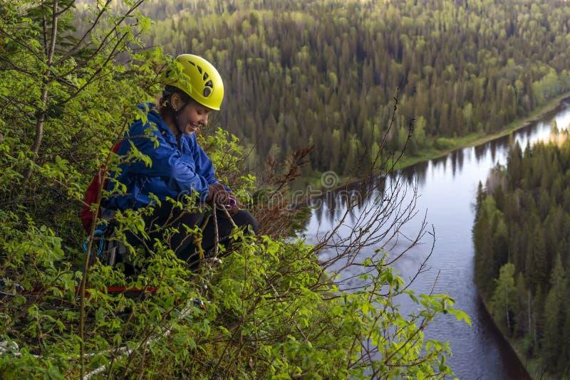 La grimpeuse de fille dispose à descendre de la falaise photos libres de droits