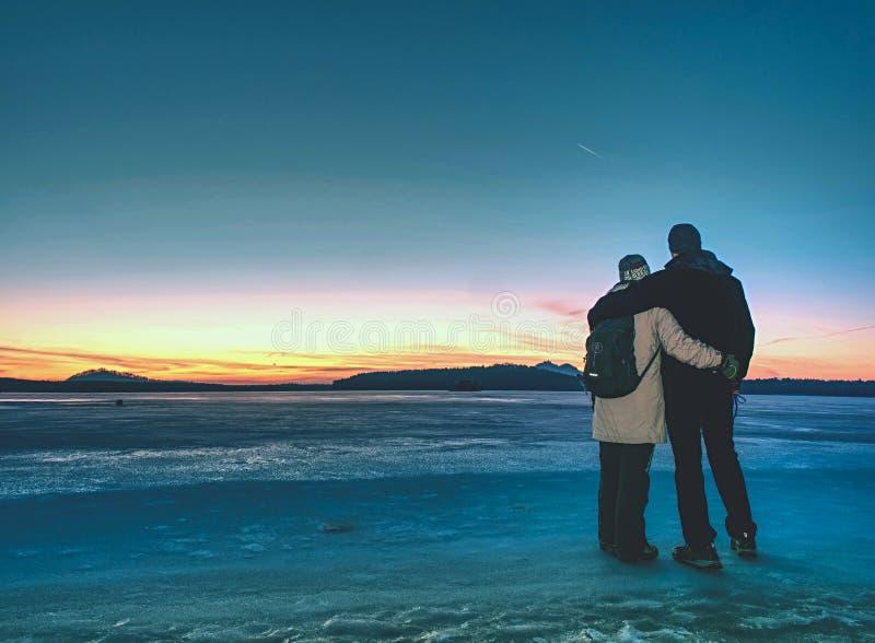 La Groenlandia che fa un'escursione gli amanti turistici di viaggio con si tiene per mano fotografia stock libera da diritti