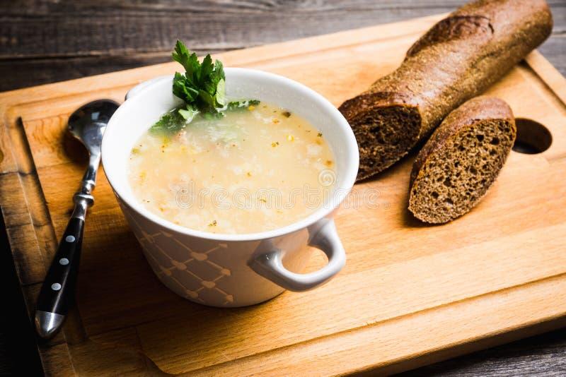 La grosse soupe à viande avec l'agneau a basé le bouillon, le pois chiche et les pommes de terre image stock