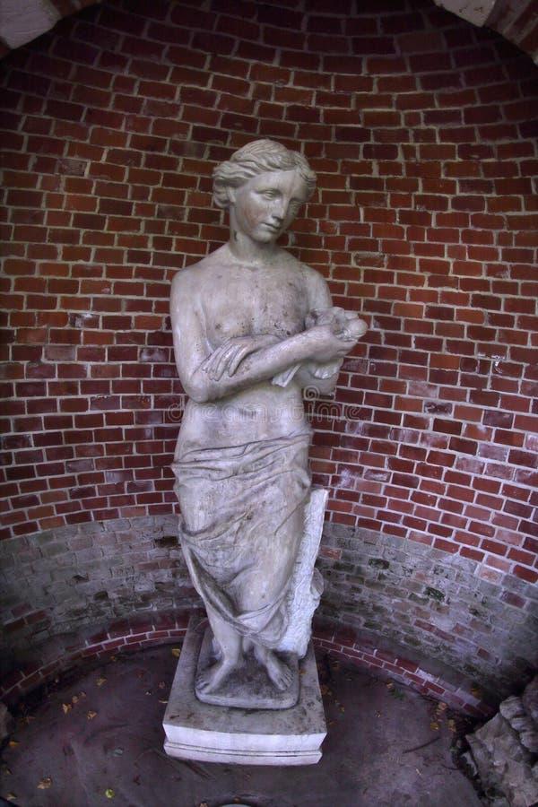 La grotta con la statua del ` s dell'Afrodite o del ` s di Diana in Tsaritsyno, Mosca, Russia fotografie stock