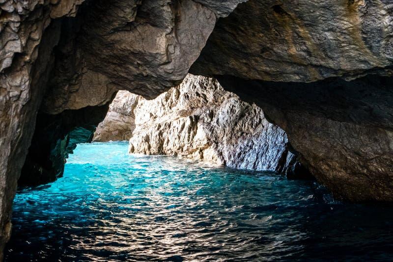 La grotta verde anche conosciuta come Emerald Grotto, Grotta Verde, sulla costa dell'isola di Capri nella baia di Napoli, l'Itali fotografia stock libera da diritti