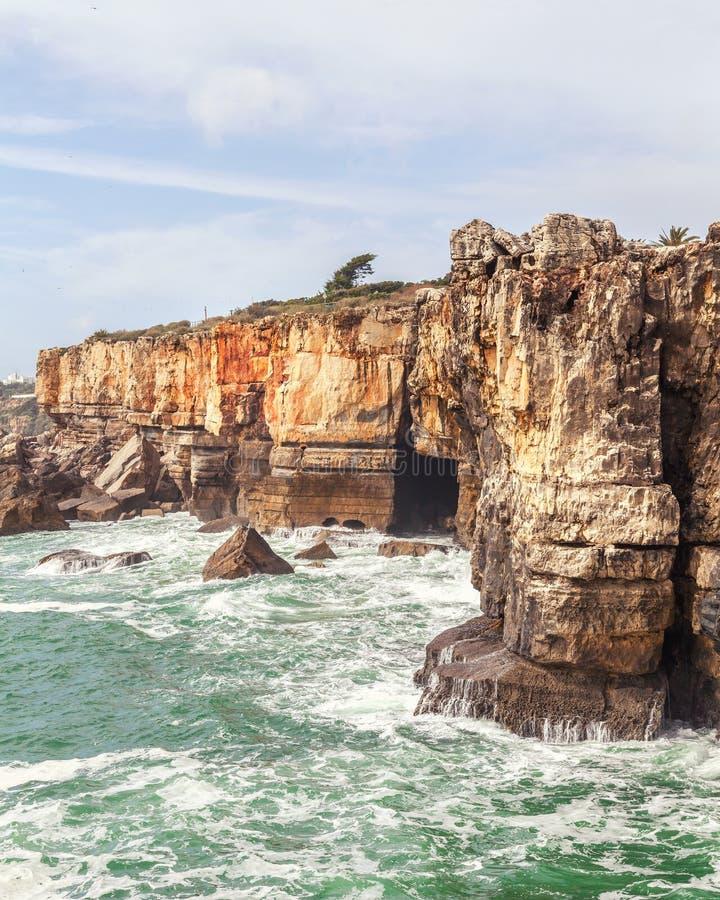 La gruta Boca hace el infierno en Cascais, Portugal fotografía de archivo