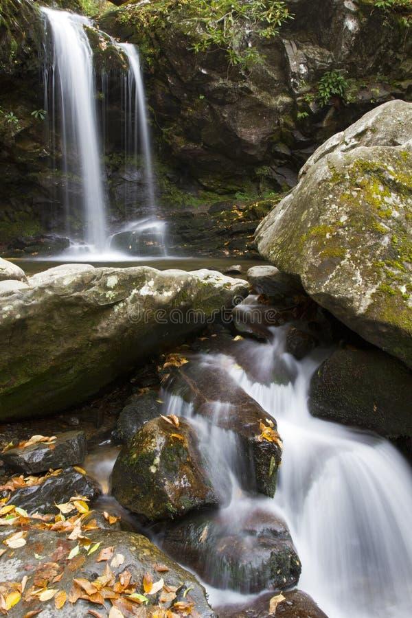 La gruta cae en el otoño, grandes montañas ahumadas NP fotos de archivo