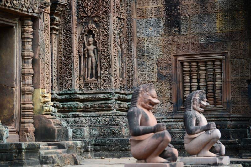 La guardia delle statue del tempio di Banteay Srei immagine stock libera da diritti