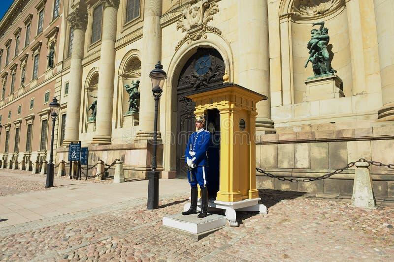 La guardia sta in servizio al palazzo reale a Stoccolma, Svezia fotografie stock libere da diritti