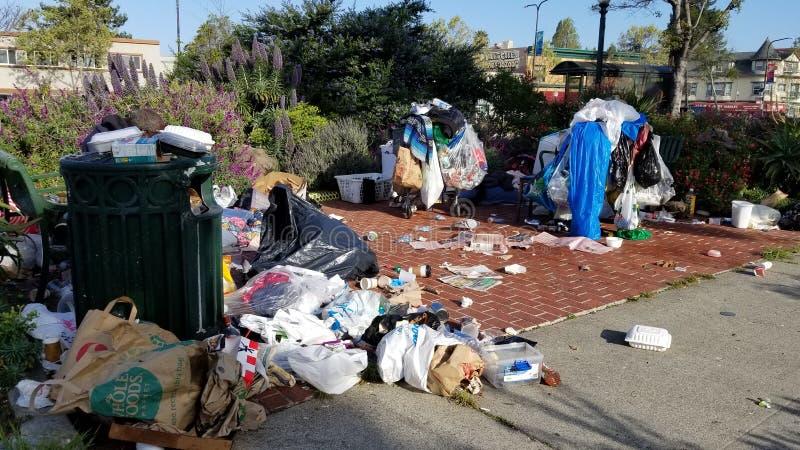 La guerra de Gentrification: Campos sin hogar de Oakland San Francisco Bay Area fotos de archivo
