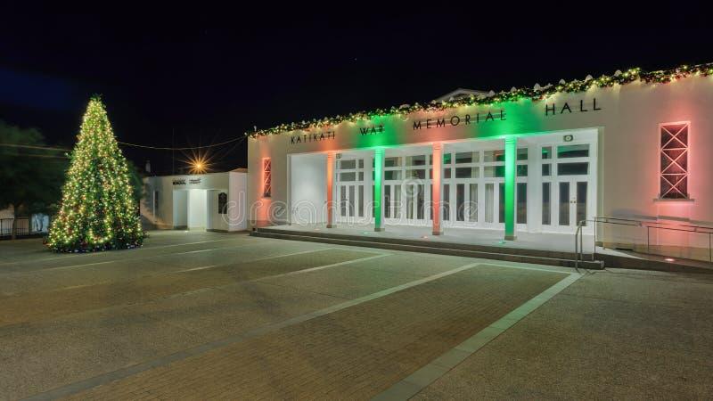 La guerra Memorial Hall, Katikati, Nueva Zelanda, con las luces de la Navidad imagen de archivo