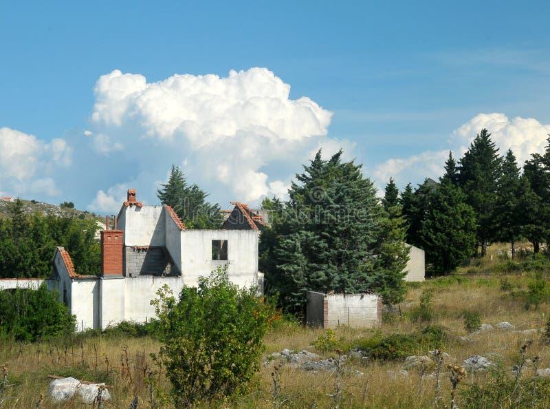 La guerre a endommagé la maison en Bosnie des forces serbes photographie stock libre de droits