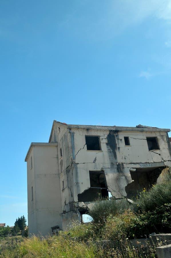La guerre a endommagé la maison en Bosnie des forces serbes image stock