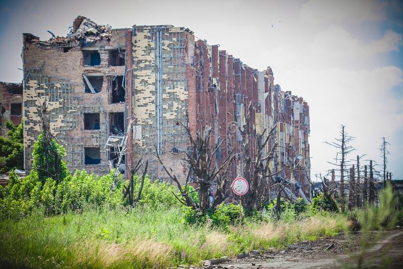 La guerre, ruines d'aéroport dans Donbass, a écossé la maison photographie stock libre de droits