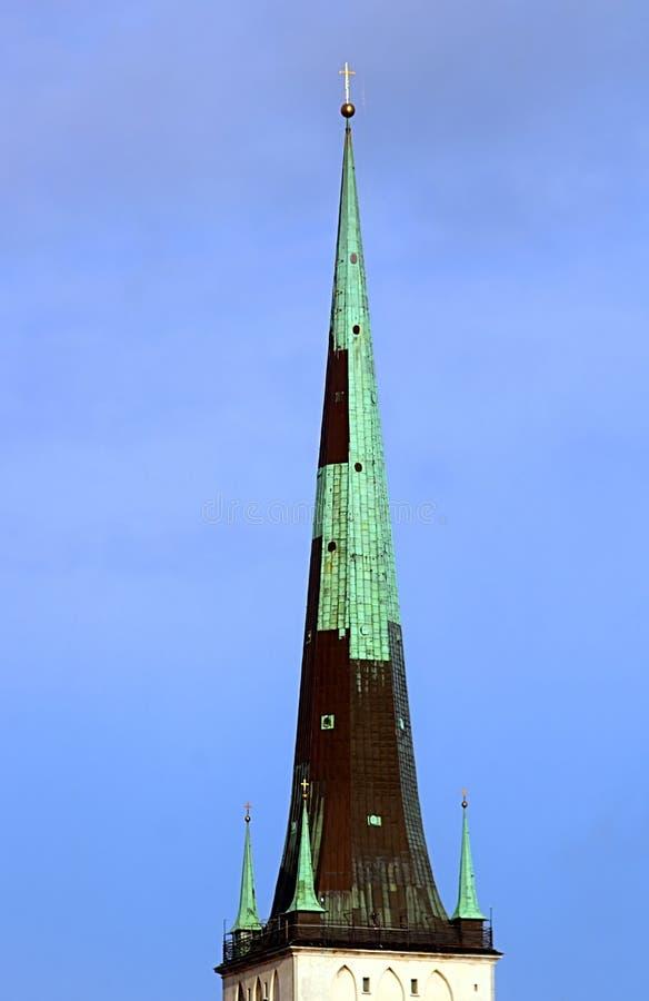 La guglia della chiesa della fine della st Olaf di Oleviste su un giorno nuvoloso, Tallinn, Estonia fotografie stock libere da diritti
