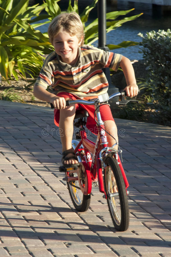 La guida della bici è divertimento fotografia stock