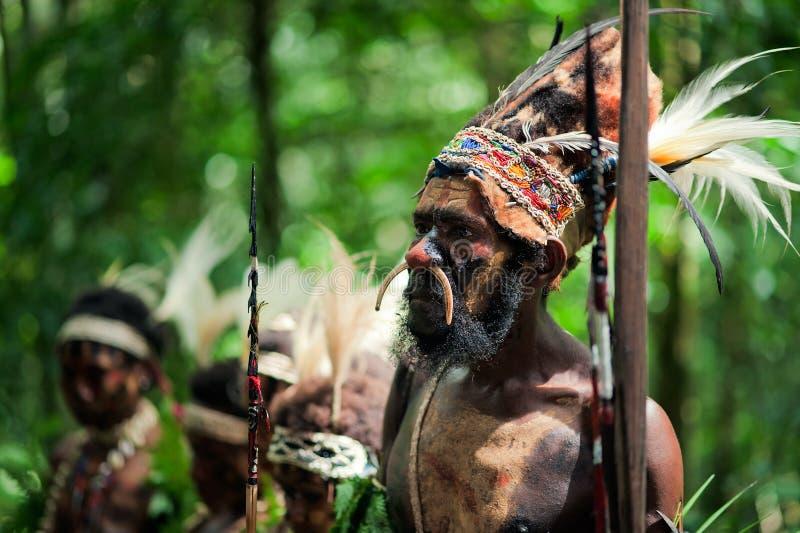 La guida di una tribù di Papuan di Yafi fotografie stock libere da diritti