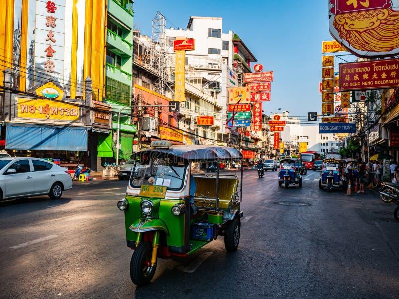 La guida di veicoli del taxi del tutu in strada di Chinatown per invia il passeger ad un altro posto a Bangkok, Tailandia fotografia stock libera da diritti