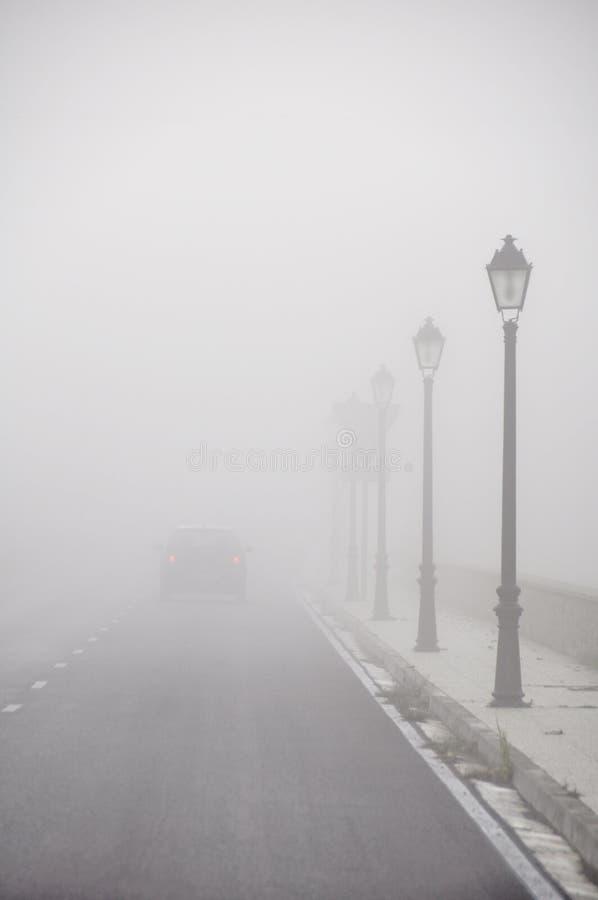 La guida di veicoli sparisce nella nebbia fotografia stock libera da diritti