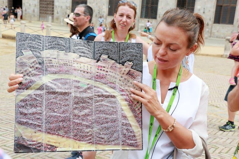 La guida dice i turisti circa Palio di Siena in Italia fotografie stock