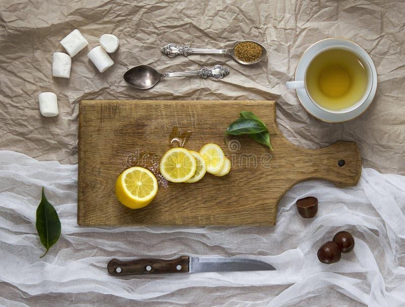 La guimauve de bureau de couteau de thé de citron de chaux de disposition part images stock