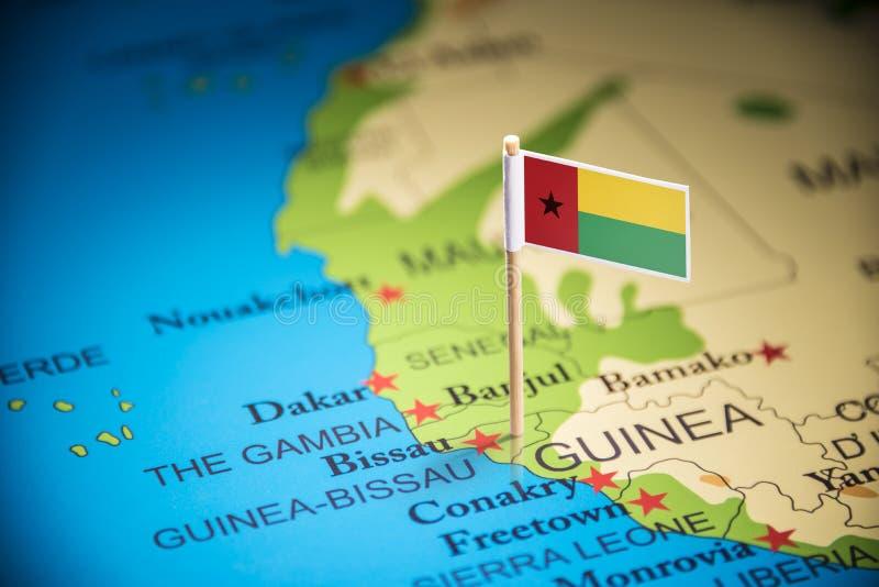 La Guinée-Bissau a identifié par un drapeau sur la carte images stock
