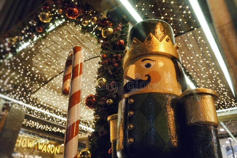la guirlande allume la vente lumineuse du marché de décor de célébration de décoration de Noël photographie stock libre de droits