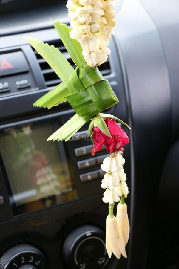 La guirlande de fleur contient de la carpe de panier de la feuille de banane, de la fleur de couronne, du jasmin, de rose et Chem photographie stock
