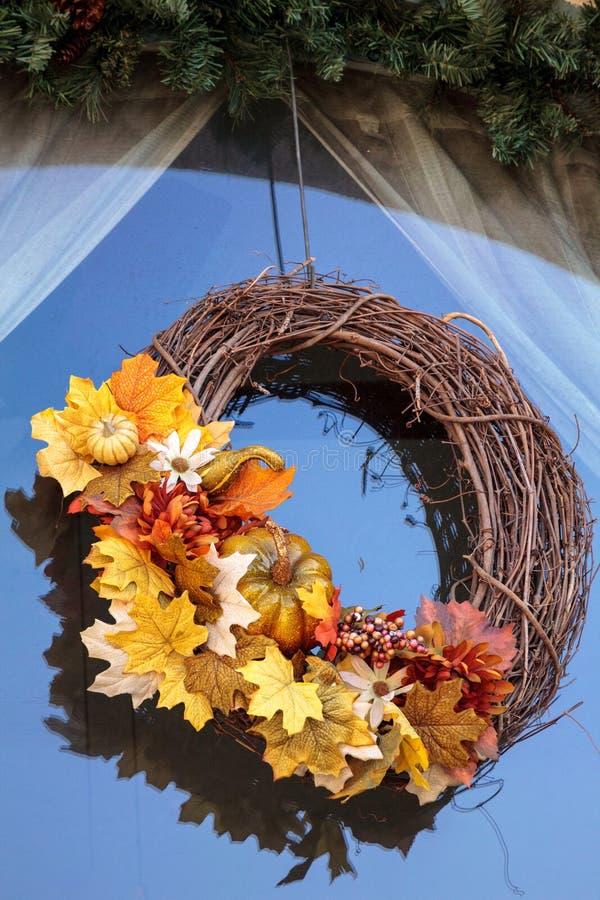 La guirlande de Halloween avec la chute part et le potiron accroche dans une fenêtre image libre de droits