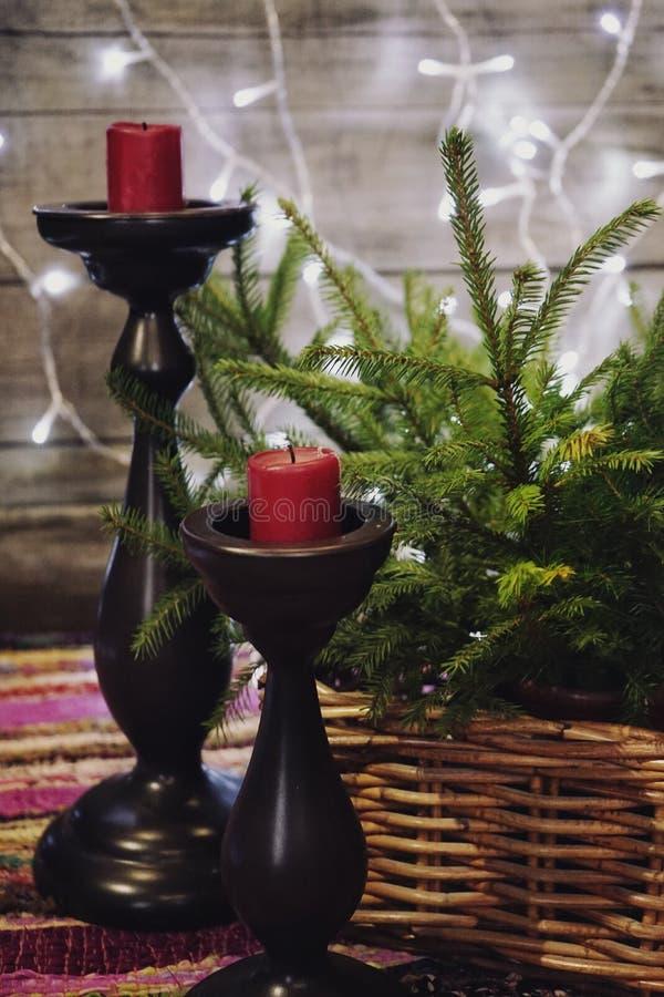 la guirlande en bois de mur de bougie de chandelier de panier de vert de branche de textile rouge rouge de sapin allume l'hiver l photographie stock