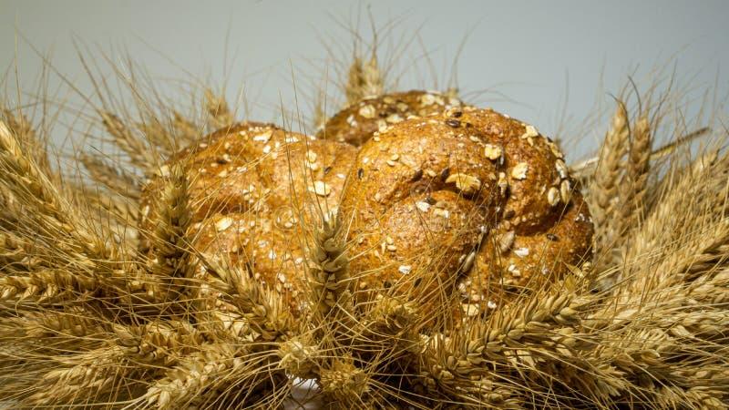 La guirlande est faite à partir des oreilles de blé dans elle pain fraîchement cuit au four avec des grains de Lyon, tournesol, p images stock