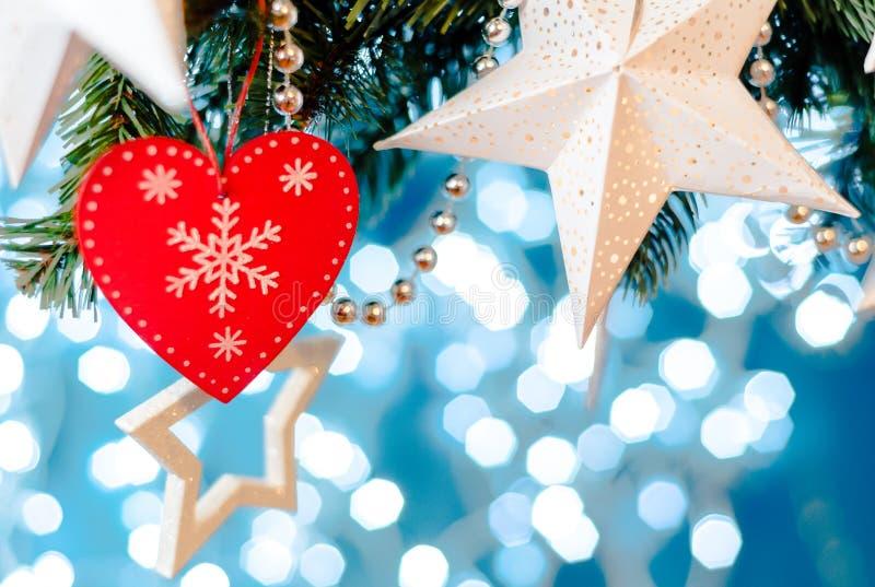 La guirnalda de la estrella de la tarjeta de Navidad, el azul y la decoración de plata de Navidad copian el espacio Feliz Navidad imágenes de archivo libres de regalías