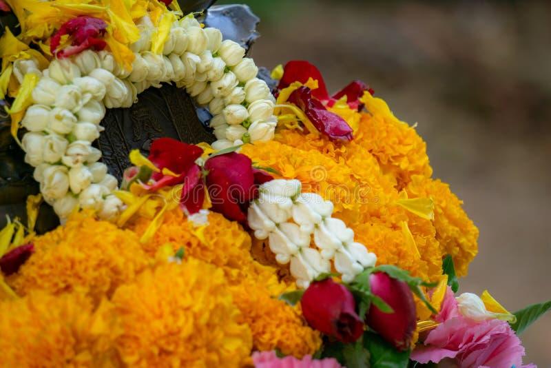 La guirnalda de la flor comprende de jazmínes, de rosas, de gardenias y de ervata imagen de archivo