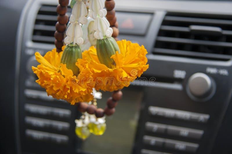 La guirnalda de la flor contiene la ejecución amarilla de la flor de la maravilla y de la corona en el coche fotografía de archivo