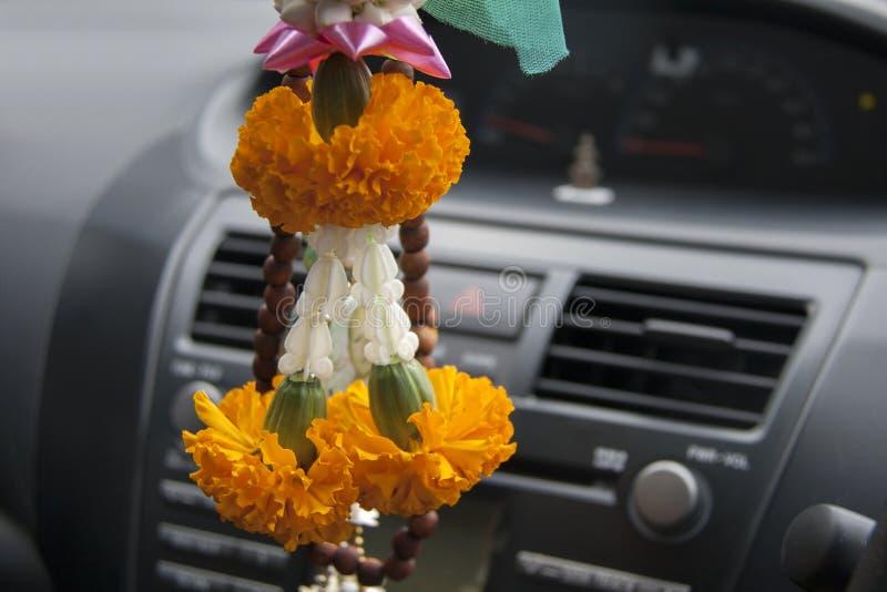 La guirnalda de la flor contiene la ejecución amarilla de la flor de la maravilla y de la corona en el coche foto de archivo libre de regalías
