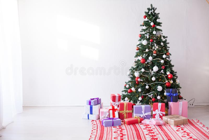 La guirnalda de las decoraciones del árbol de navidad enciende invierno interior del día de fiesta de los regalos del Año Nuevo fotos de archivo libres de regalías