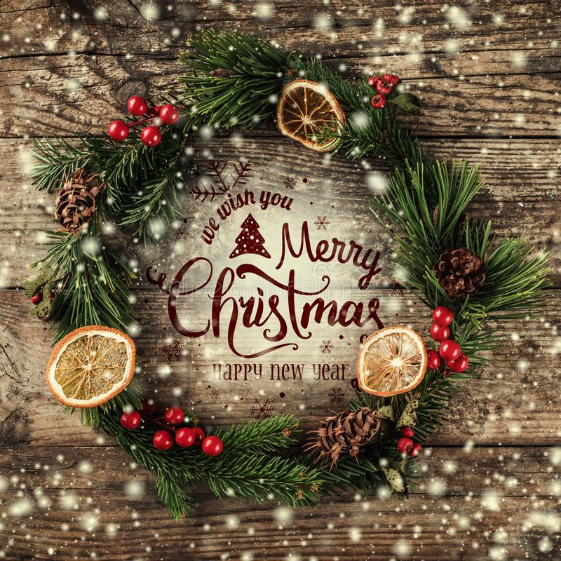 La guirnalda de la Navidad del abeto ramifica, los conos, decoraciones rojas en fondo de madera oscuro Tema de Navidad y de la Fe libre illustration